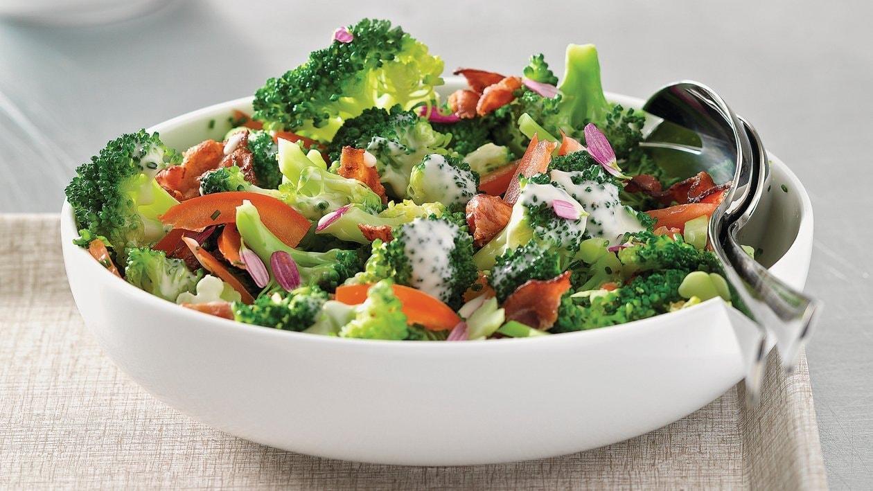 Broccoli-Salat mit Tomaten und Knusper-Speck mit French Dressing