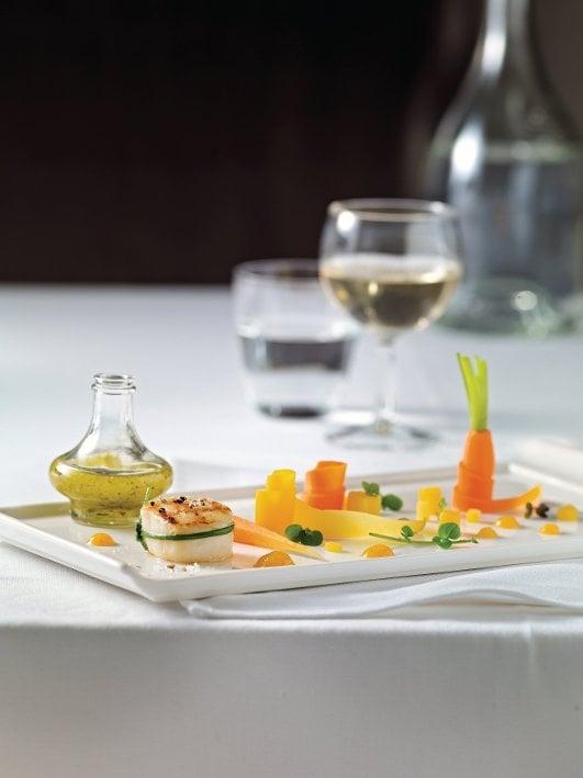 Karotten-Vanille-Salat mit grillierter Jakobsmuschel und Salz-Zitrone
