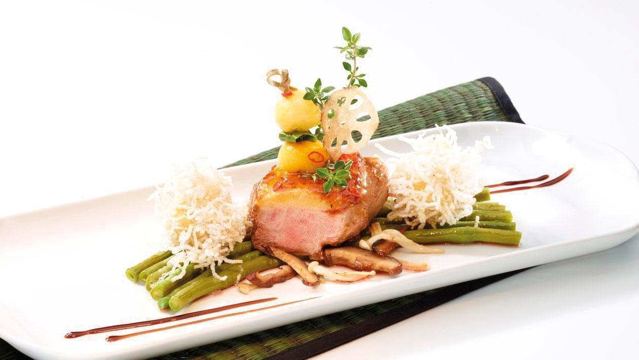 Glasierte Entenbrust mit Thaibohnen und frittierten Mango-Kroketten