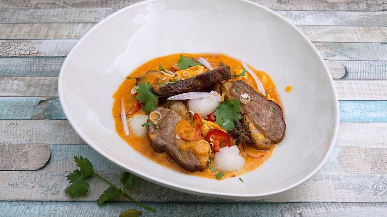 Doppelt gegarte Ente mit einen rotem Litschi rotem Curry
