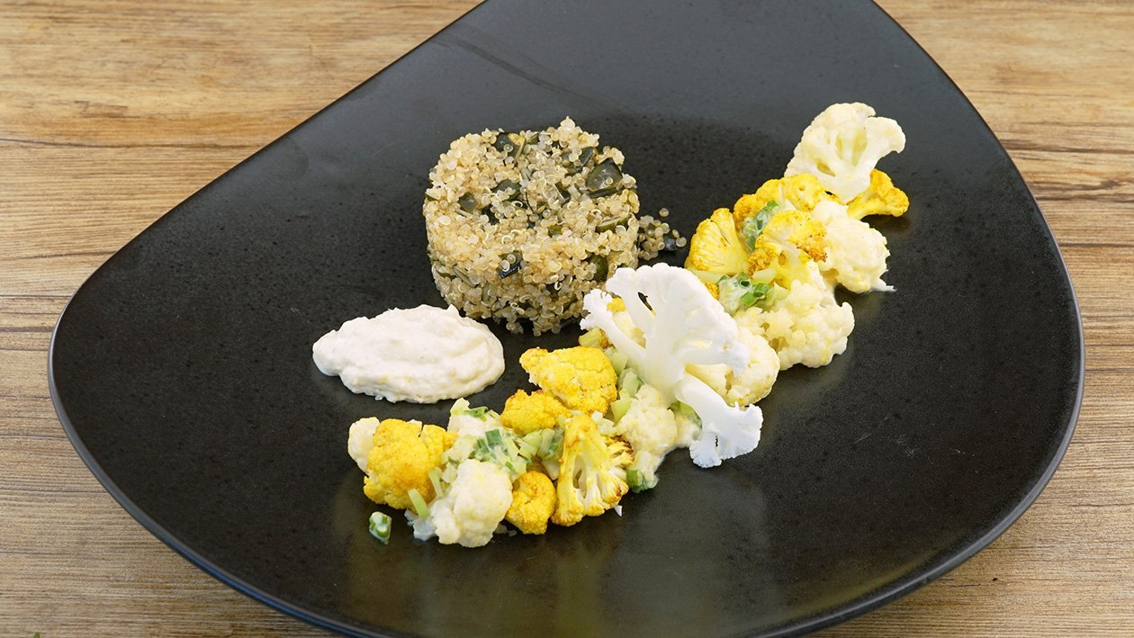 Blumenkohl gekocht, gebraten und als Creme mit Quinoa und Kürbiskernen