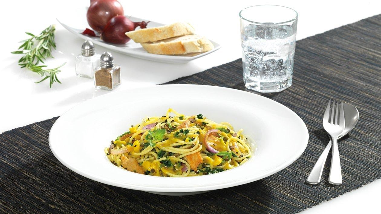Curry Spaghetti mit Hühnchen, schwarzen Linsen und Spinat