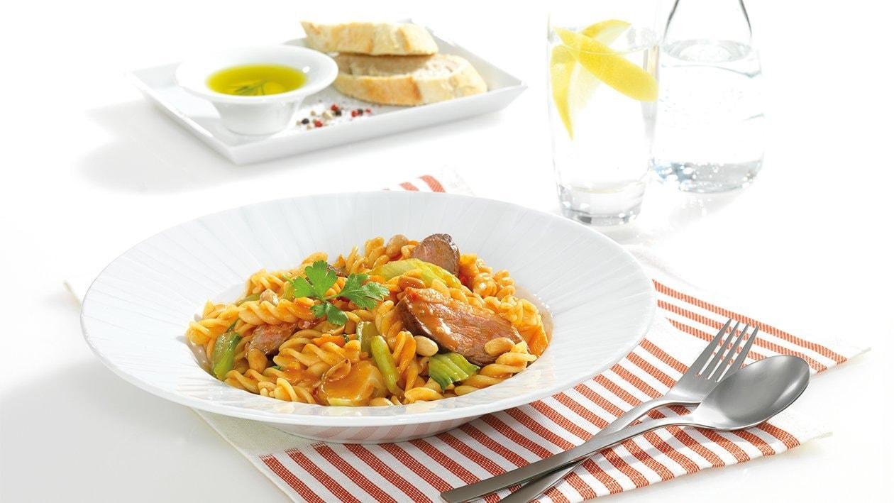 Fusilli mit gebratener Entenbrust und Tomaten-Erdnuss-Sauce