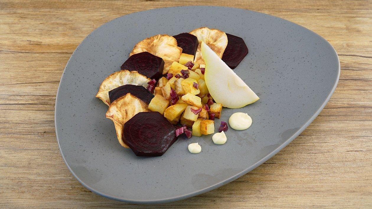 Geschmorte Rote Beete mit frittiertem Sellerie und gebratenen Kartoffen dazu Wasabi Mayonnaise