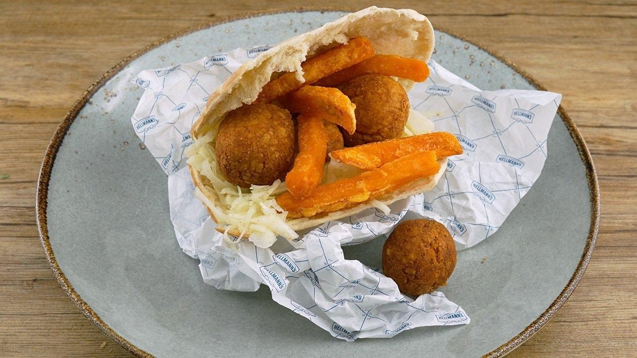 Jerusalem Burger mit Falafel, Weißkraut, Süßkartoffeln und Mayonnaise