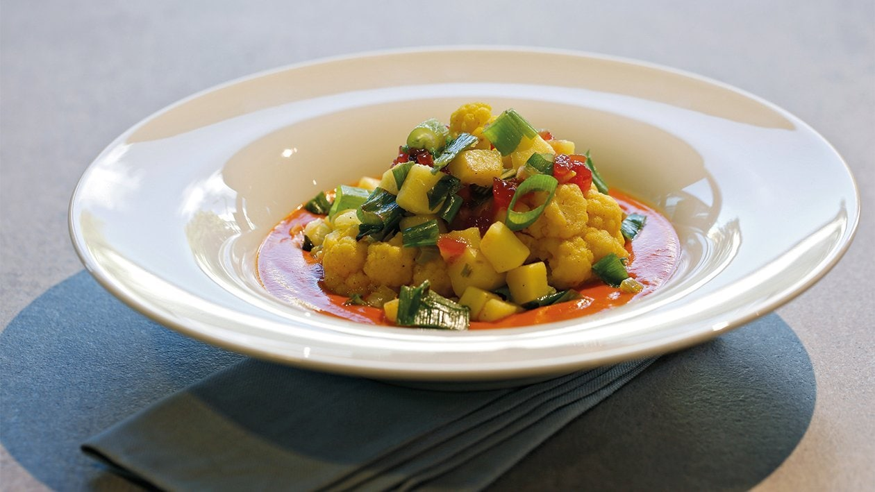 Kartoffel-Blumenkohl-Gemüse auf Tomatensauce