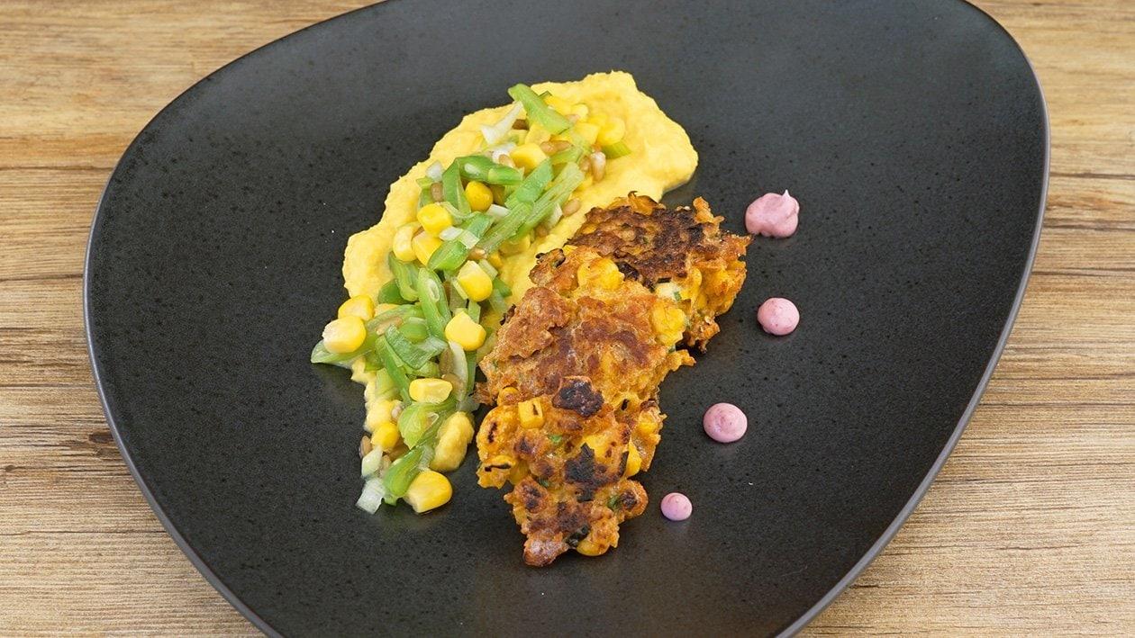 Maisküchlein auf Maiscreme mit Mais-Bohnen-Salat