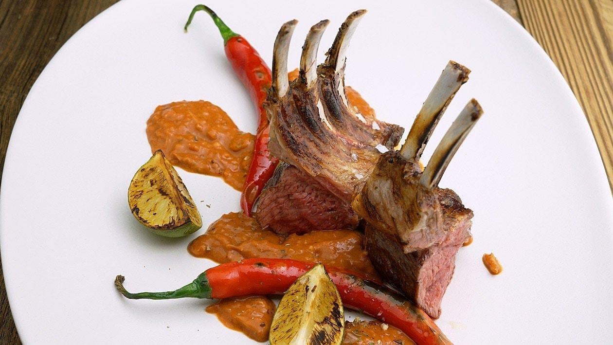 Kambing Bumbu Bajak Gegrillter Lammrücken mit scharfer Bajak -Sauce