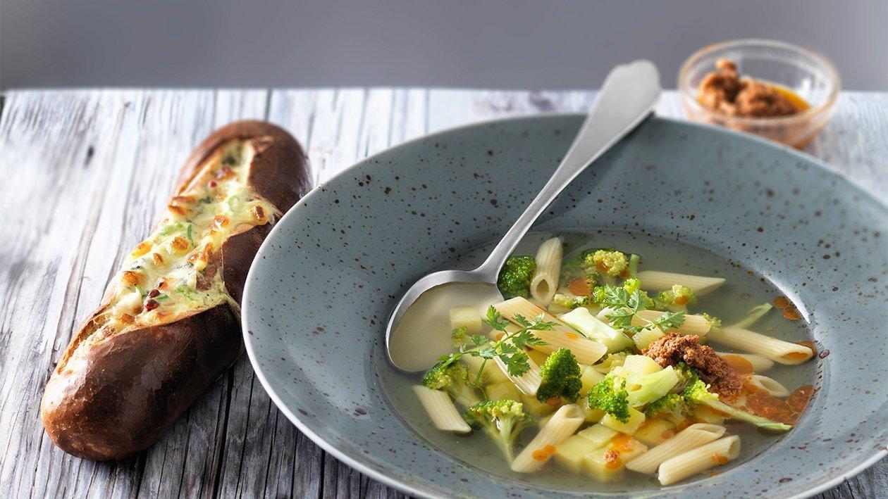 Broccoli-Penne-Minestrone mit knuspriger Laugenstange