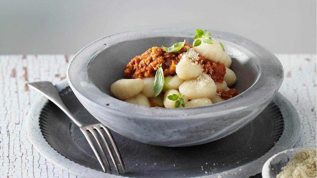 """Gnocchi mit veganer Bolognese und veganem """"Käse"""""""