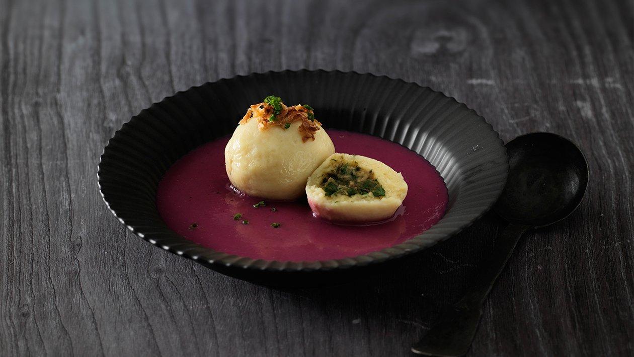 Rotkohlsuppe mit Kartoffelknödel gefüllt mit Schweinsbraten