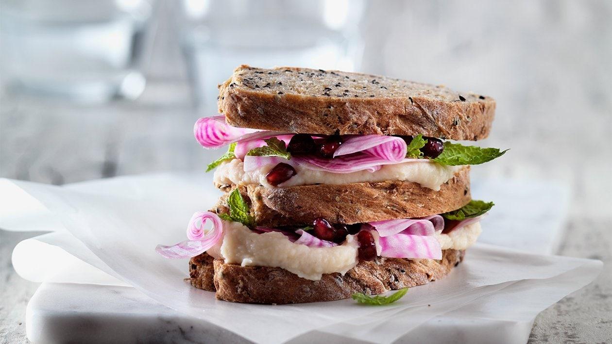 Veganes Sandwich mit Zwiebel-Chili-Brot