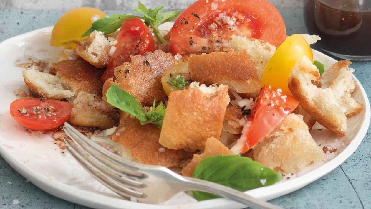 Brotsalat mit frischer sommerlicher Tomatenvielfalt