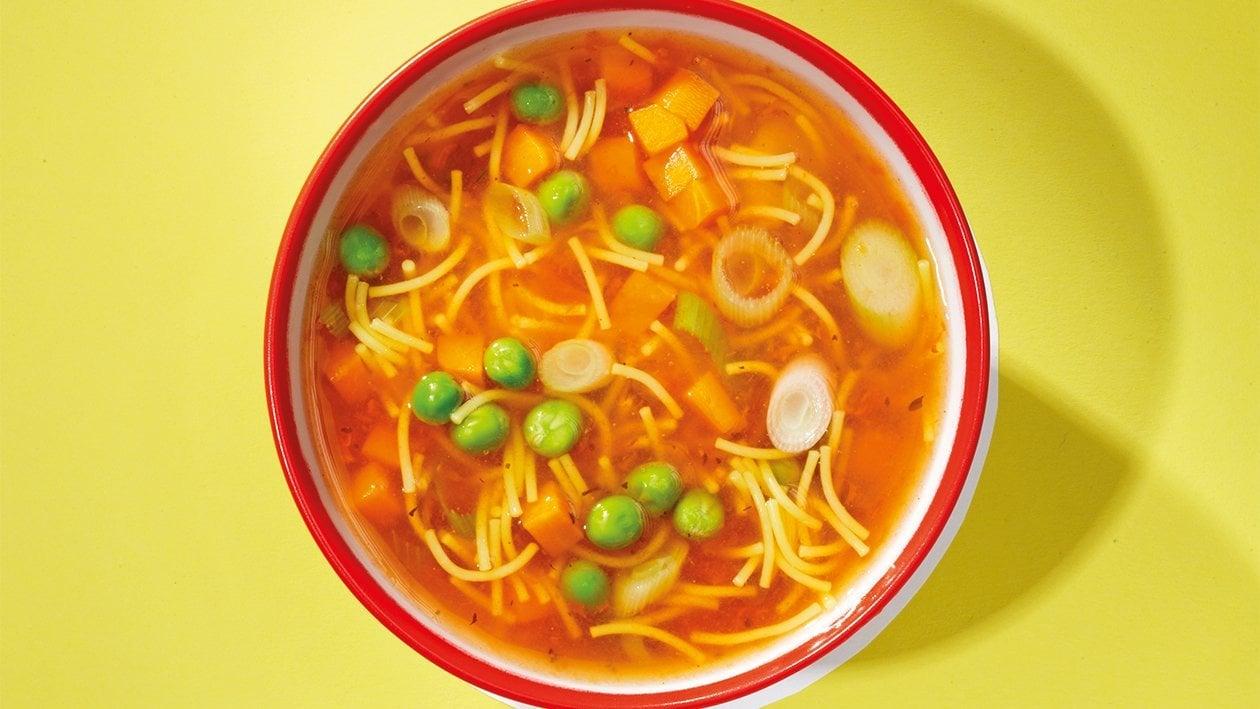 Klare Tomaten-Gartengemüse-Suppe