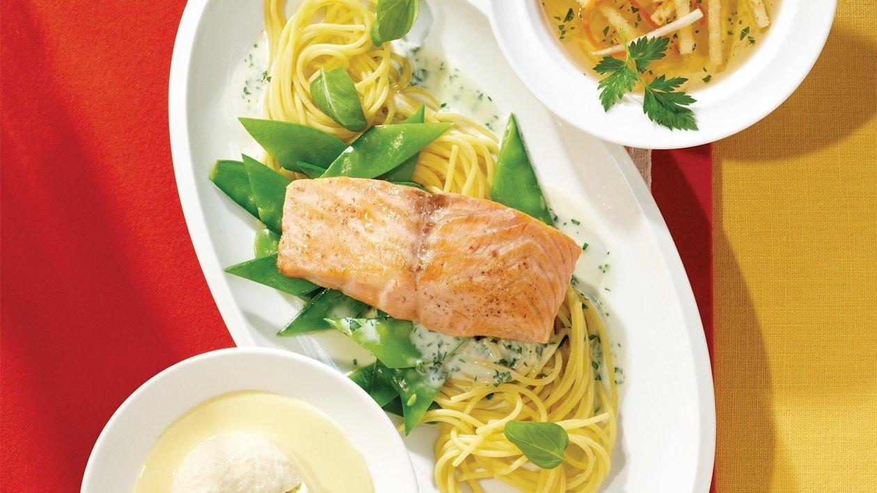 Lachsfilet auf Spaghetti, Zuckerschoten und Basilikumsauce