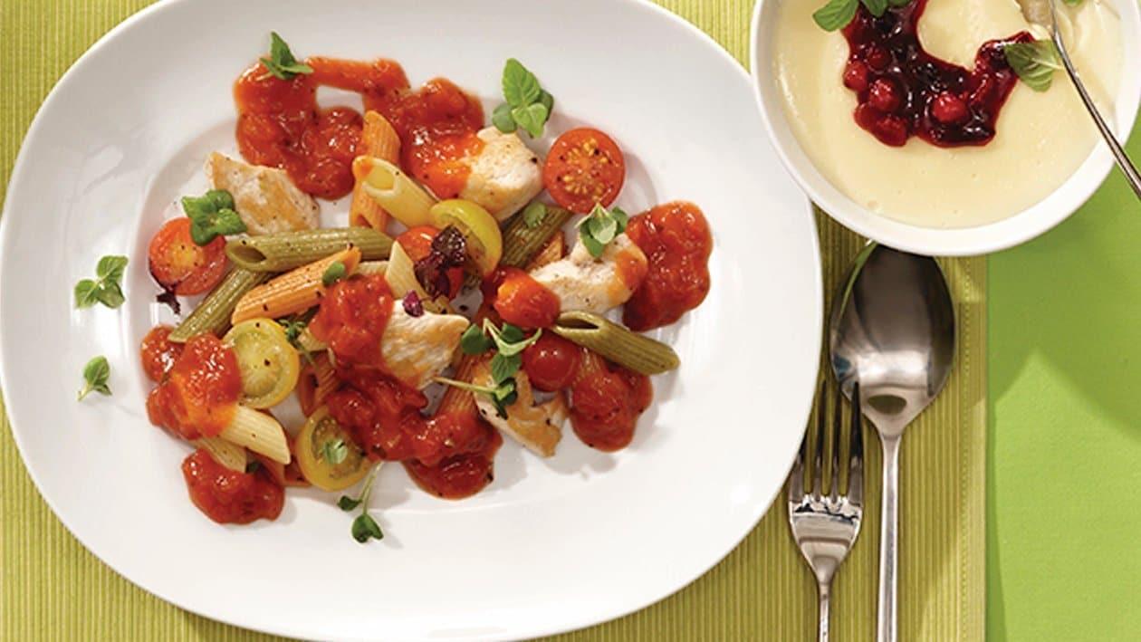 Bunte Penne mit Hähnchenbruststreifen, Tomaten und Kresse