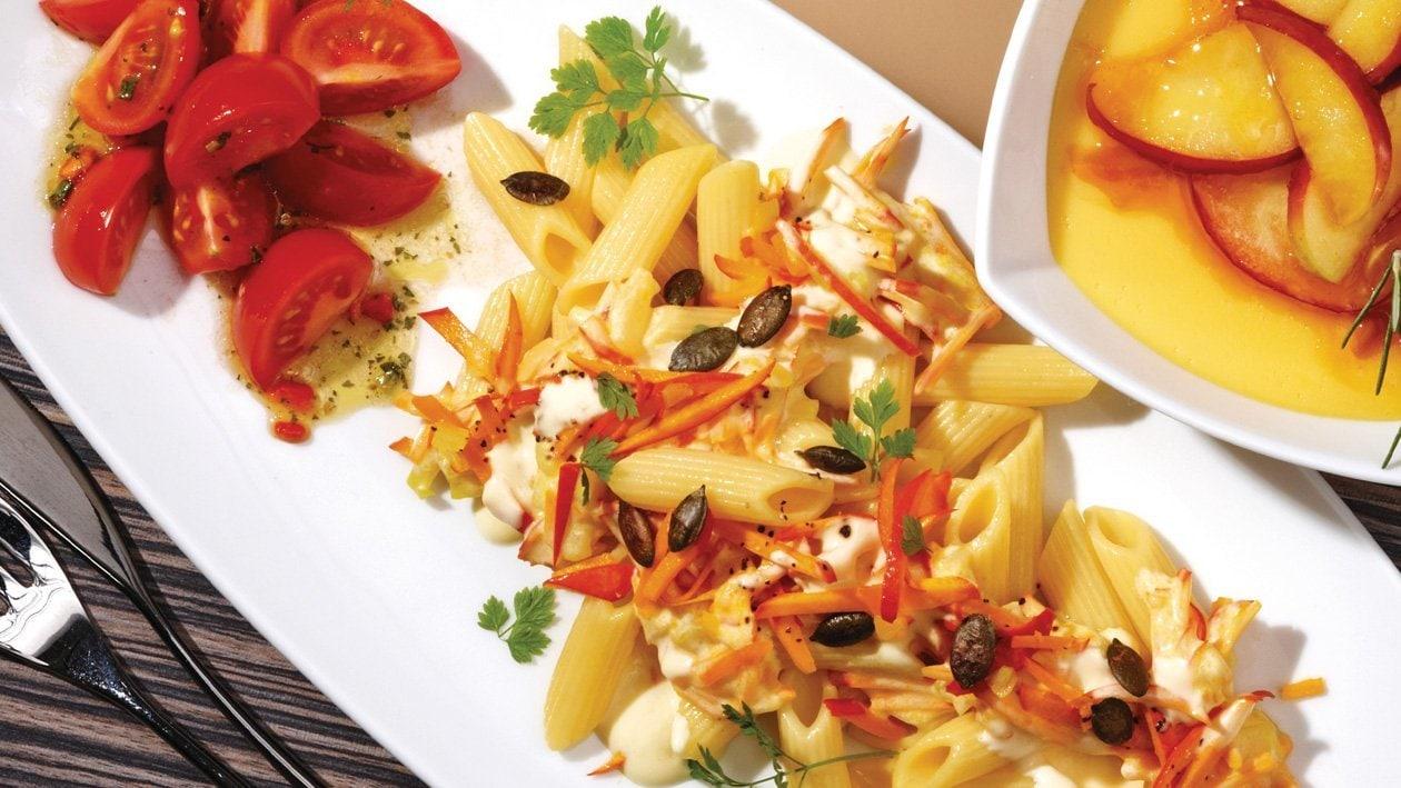 Hokkaido-Kürbis-Nudeln mit Joghurt-Hollandaise und Tomatensalat