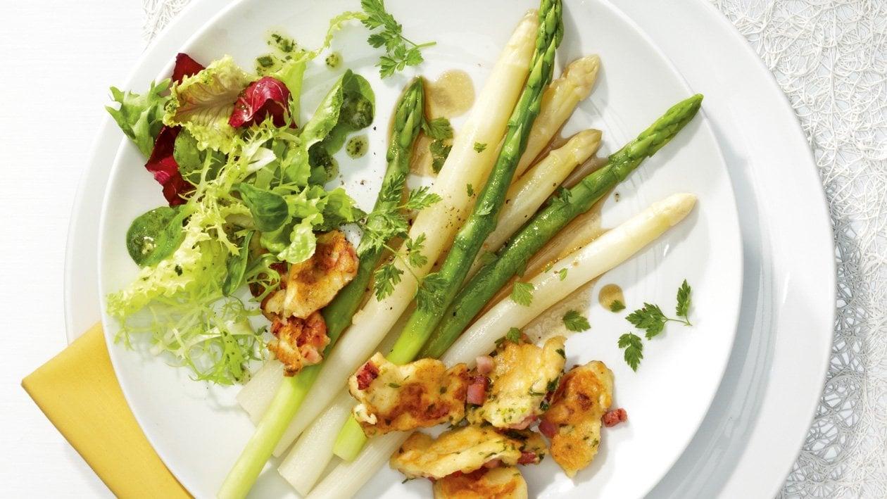 Weißer und Grüner Spargel in Kerbel- Vinaigrette und Schinkenschmarren und knackigem Salat