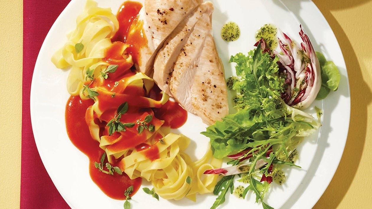 Hähnchenbrustfilet in Tomatensauce auf Bandnudeln mit gemischten Blattsalaten