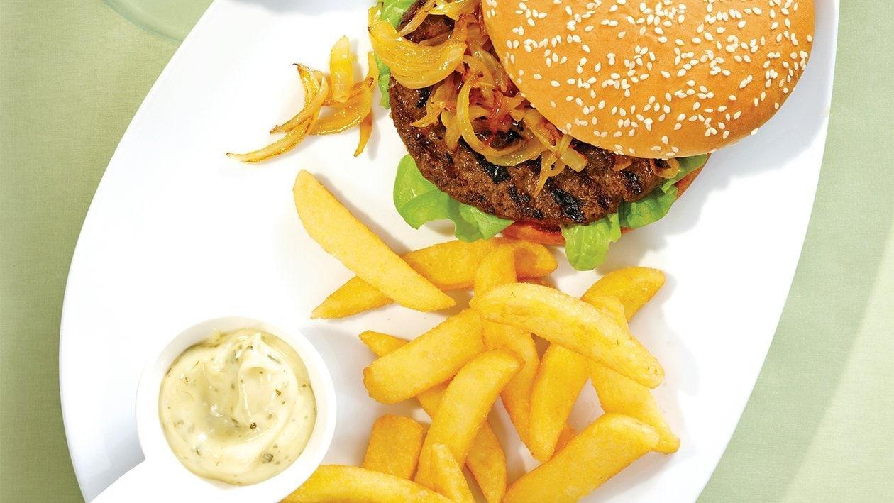 Rotwein-Burger mit geschmorten Zwiebeln dazu Pommes frites und provenzalische Mayo