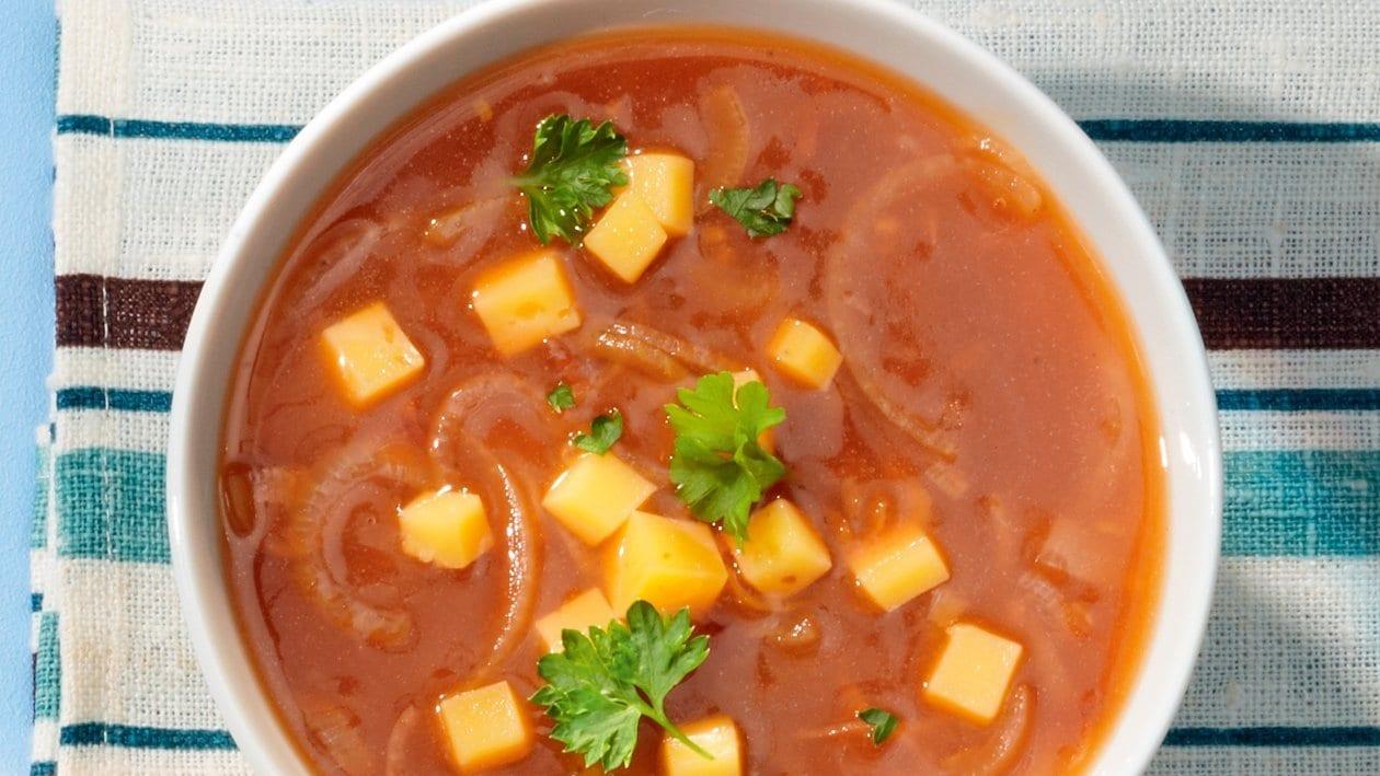 Zwiebelsuppe mit kleinen Käsewürfeln