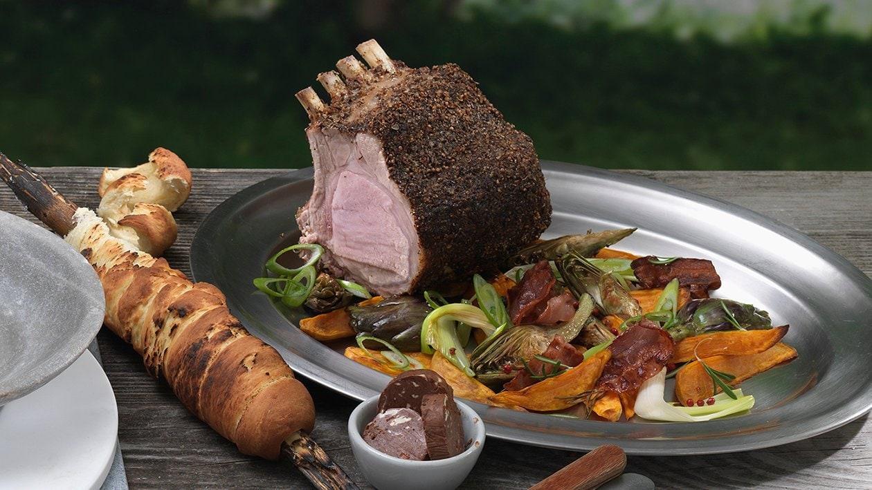Am Stück gegrilltes Schweins-Kotelette mit Kakao-Chilischaum und Süsskartoffel