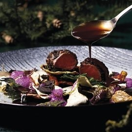 Reh, Pilz, Laub, schwarze Nüsse, Walnuss, Rotkrautsauce