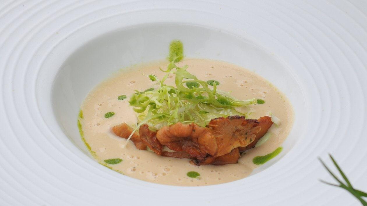 Pfifferlings-Cremesuppe mit offenem Pfifferlings-Ravioli