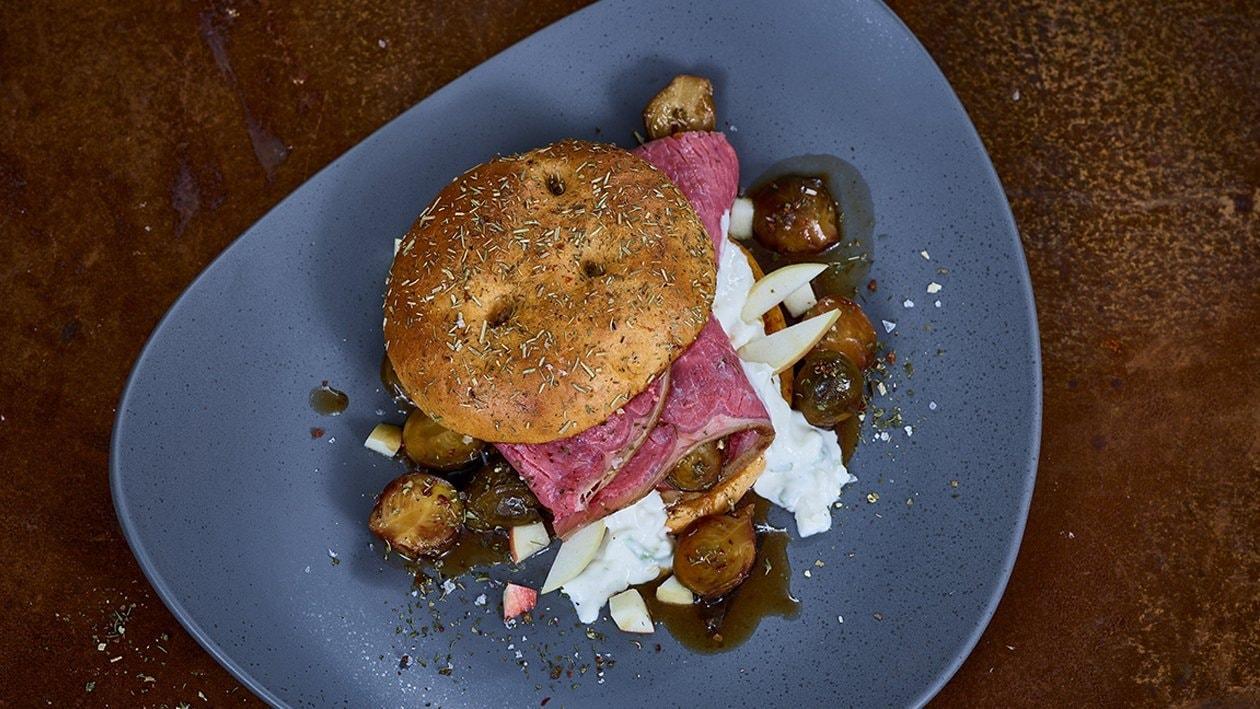 Roastbeef Burger mit Meerrettichdip und Rucola