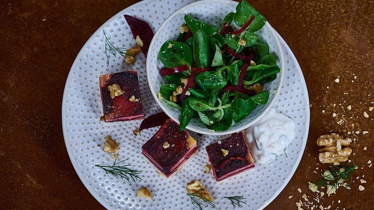 Rote Beet-Quiche mit Feldsalat und Walnüssen