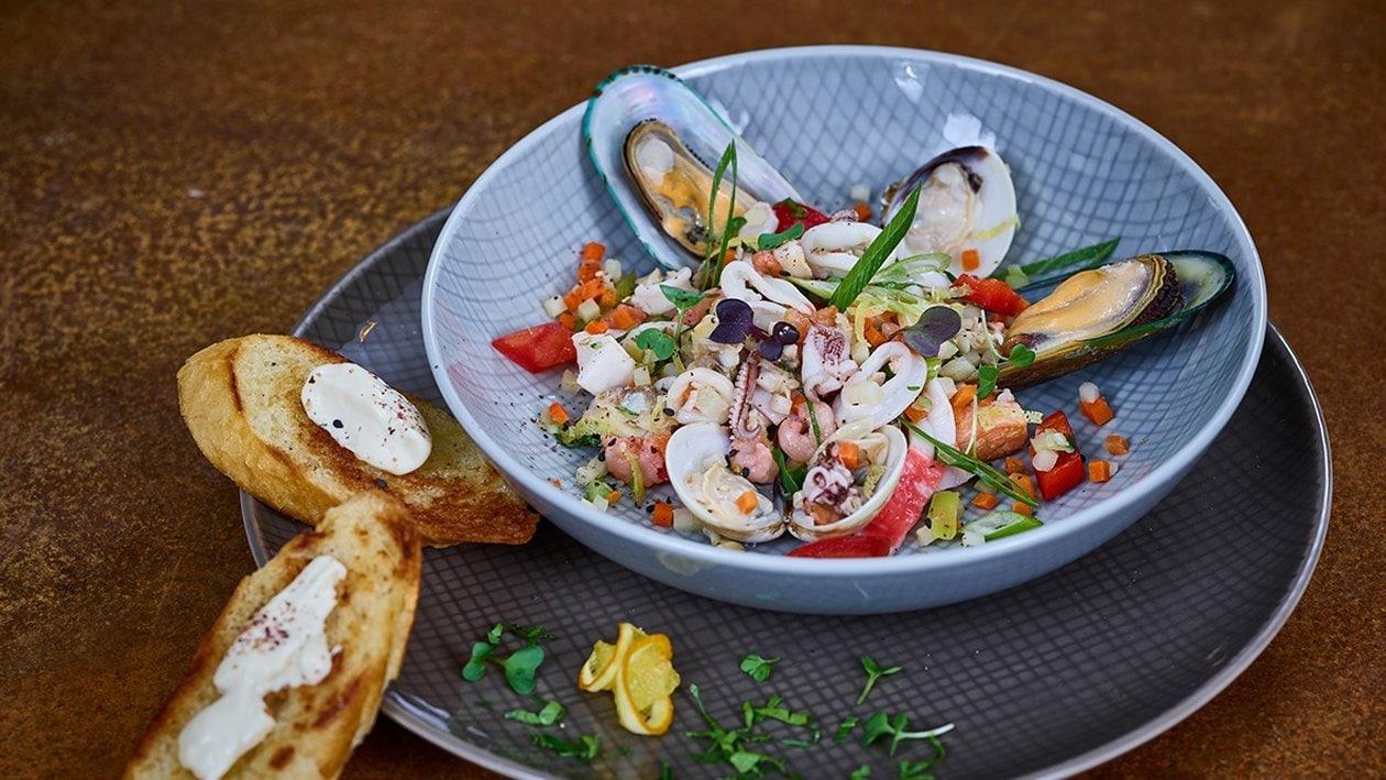 Seafood Salat mit Knoblauchbrot