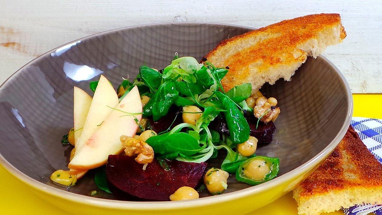 Kichererbsen und Rote Beete-Salat mit Kartoffelbrot