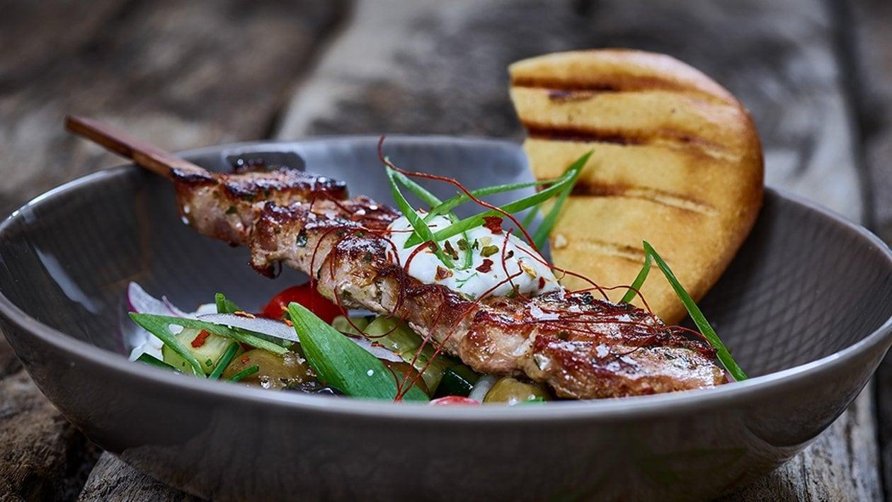 Schweinesouvlaki im Pitabrot mit Tzaziki und griechischem Salat