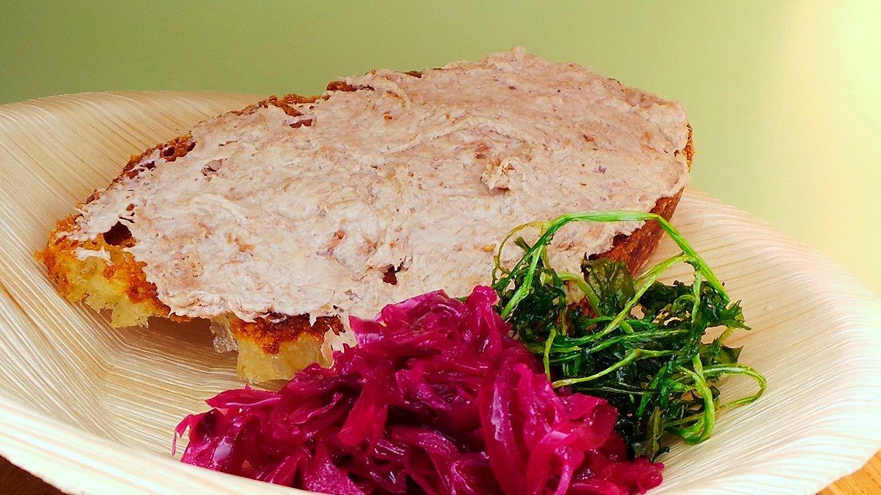 Gänserillettes auf Dinkelbrot und Rotkrautsalat