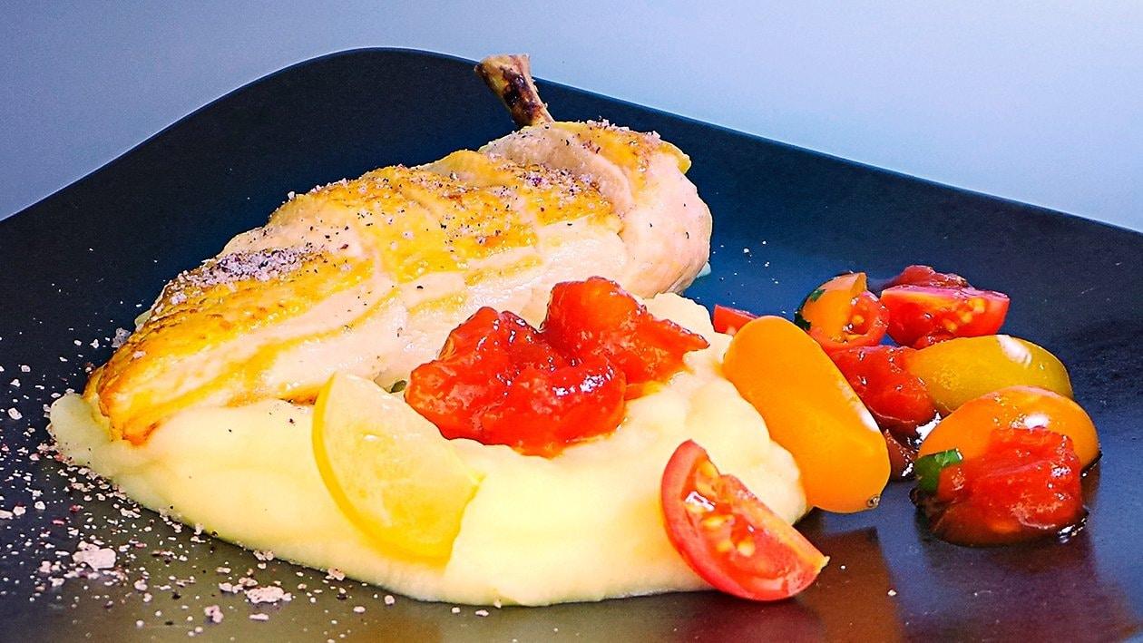 Gebratenes Hähnchen mit Kartoffelstampf und Tomatensalsa