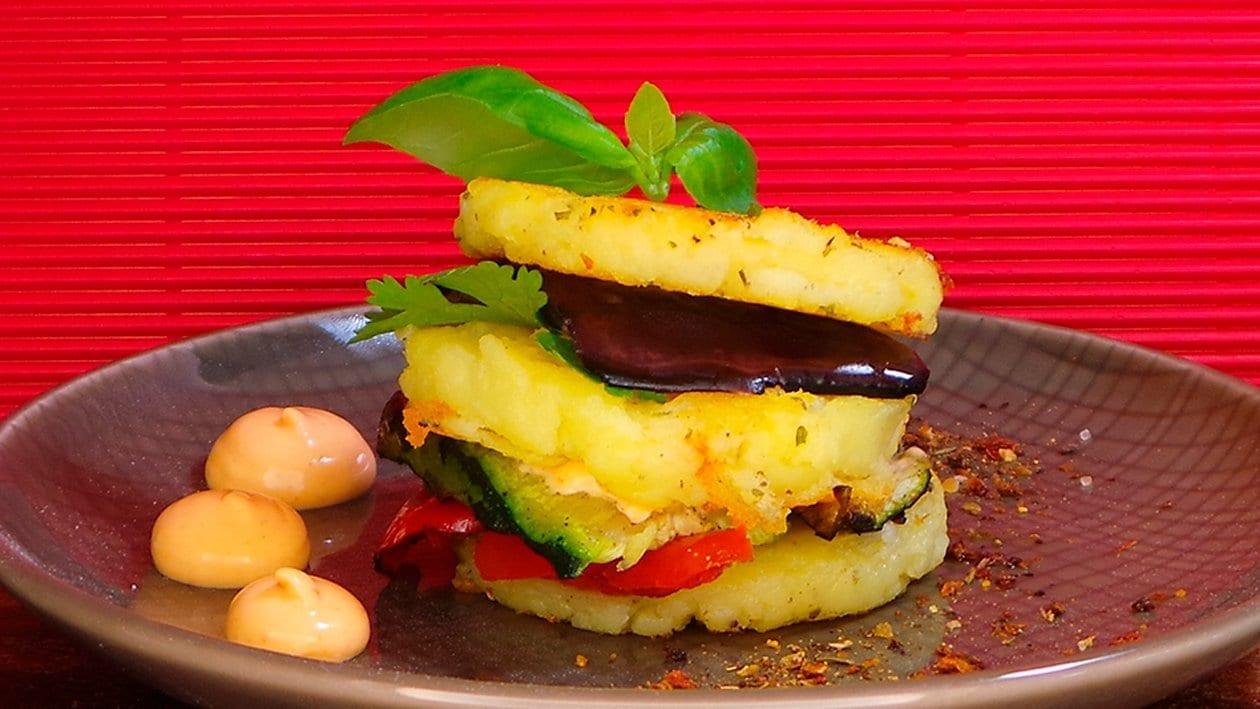 Causa Criolla Schichtgericht aus Kartoffelstampf und mariniertem Gemüse