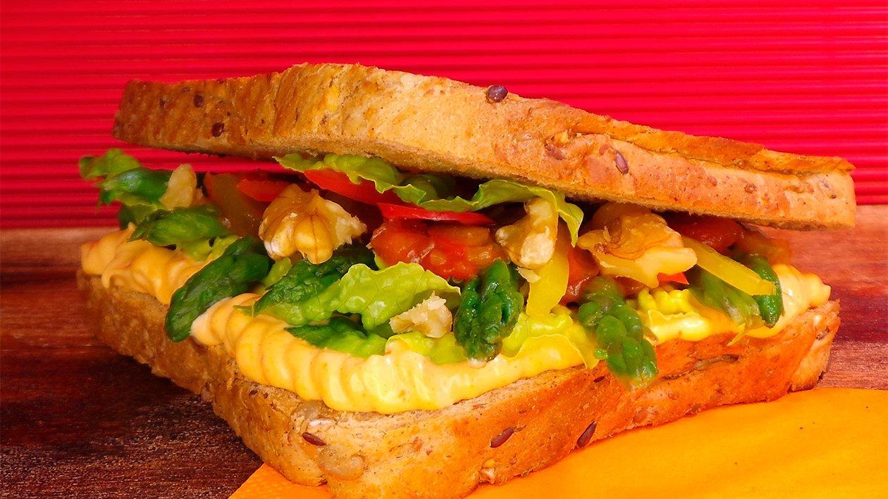 Vollkornsandwich mit grünem Spargel und Paprikamayonnaise