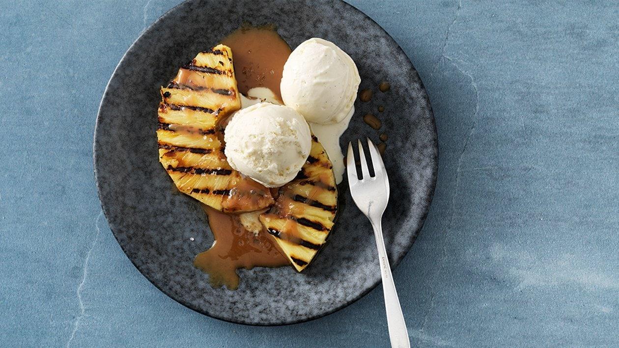 Grillierte Ananas mit Vanilleglace und Karamellsauce