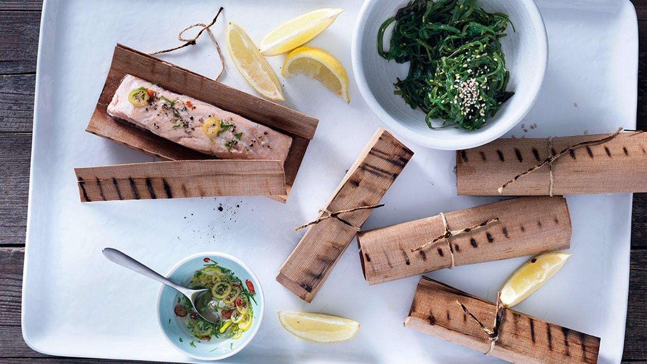 Im Holzpapier gegrillter Lachs mit Wakame-Salat