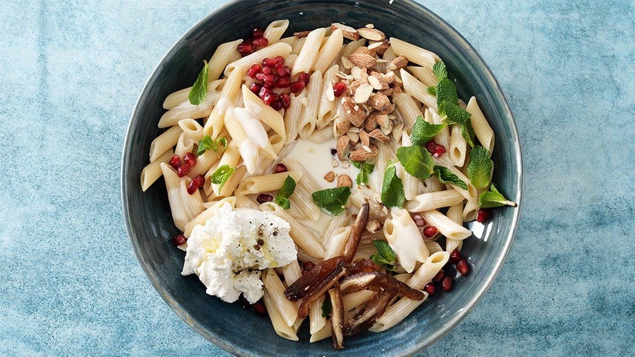 Penne-Salat mit Datteln und Joghurt-Dressing