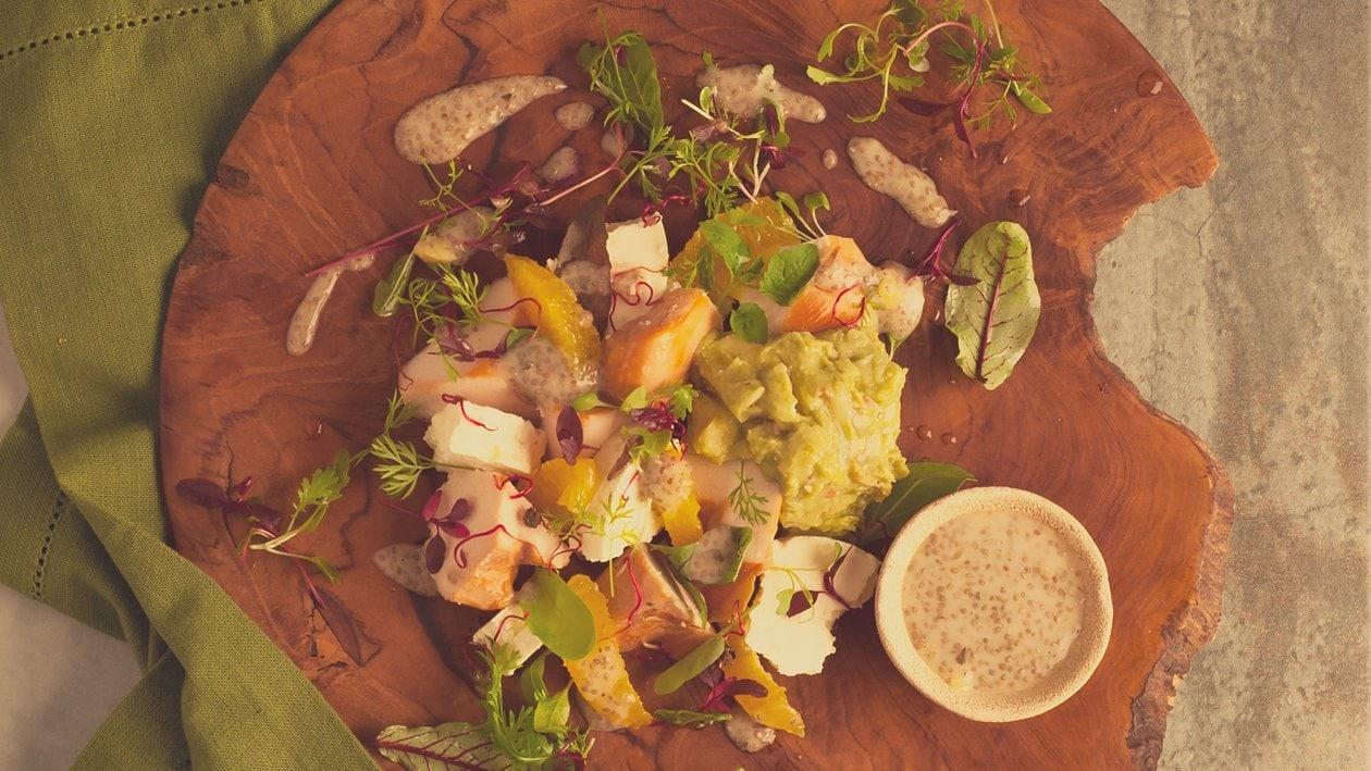 Salat Bowl mit geräucherter Pouletbrust, Feta, Guacamole und Chia-Samen Dressing