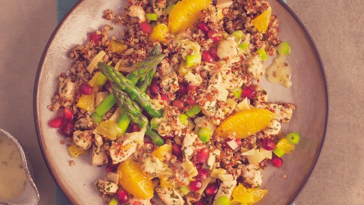 Salat Bowl mit lauwarmem rotem und weißem Quinoa, Poulet, Spargeln, Artischocken, Früchte-Konfetti