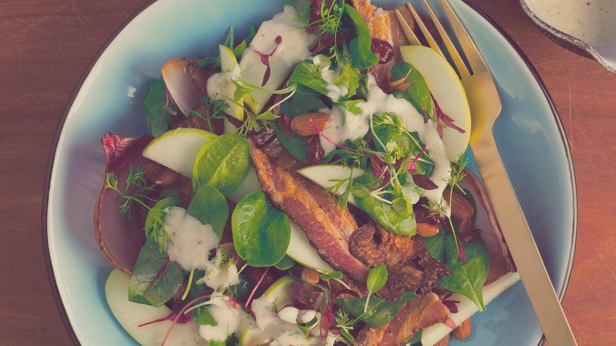 Salat Bowl mit lauwarmem Speck, geräucherten Zwiebeln, Cranberries und Apfel