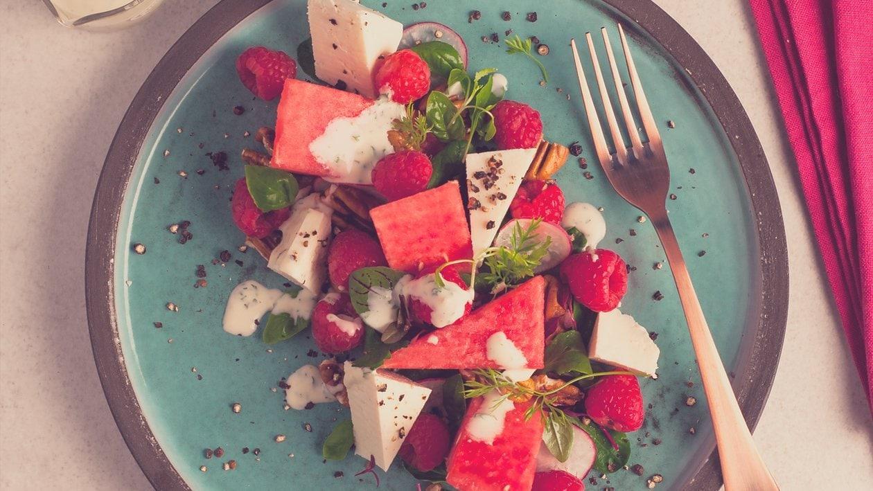 Salat Bowl mit Wassermelone, Feta, Himbeeren und cremigem Dressing