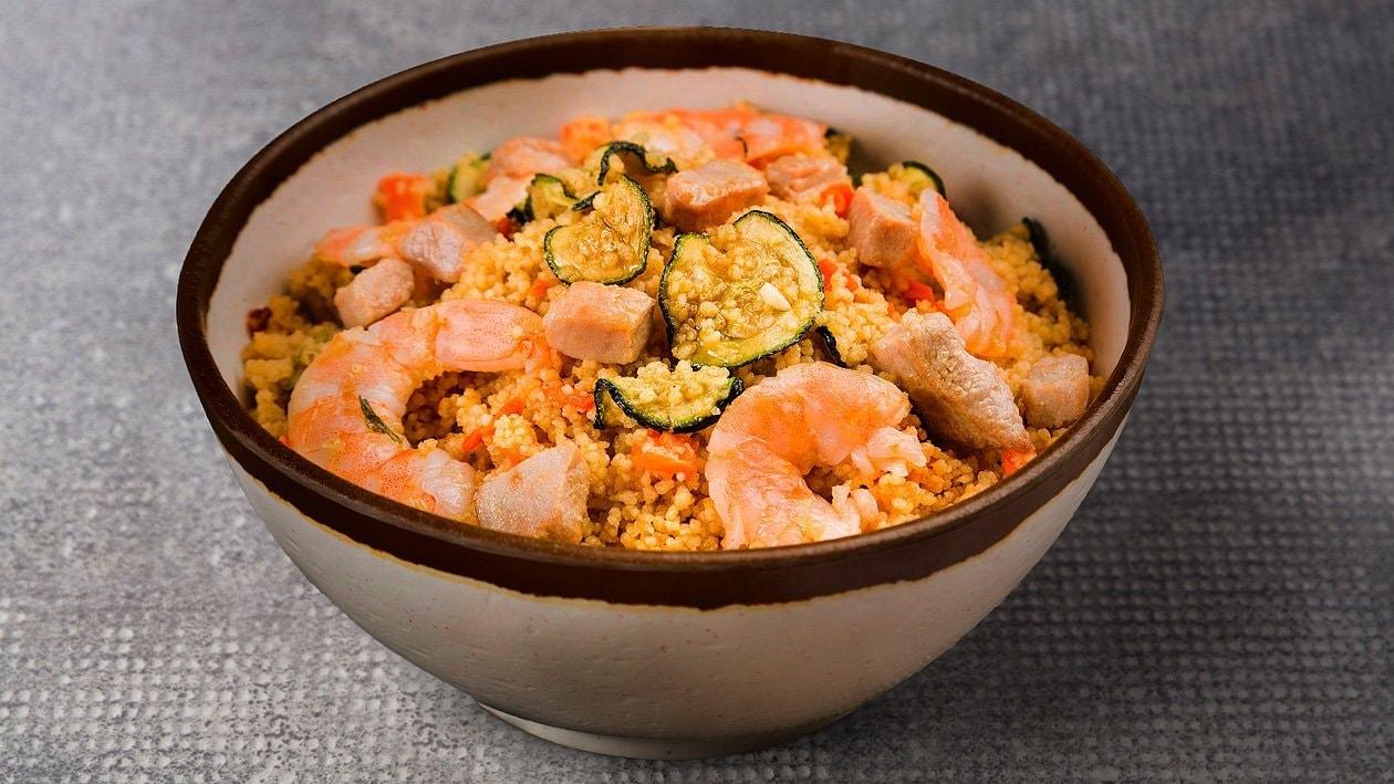 Cous Cous Salat mit Karotten, Zucchini, Lachs und Garnelen