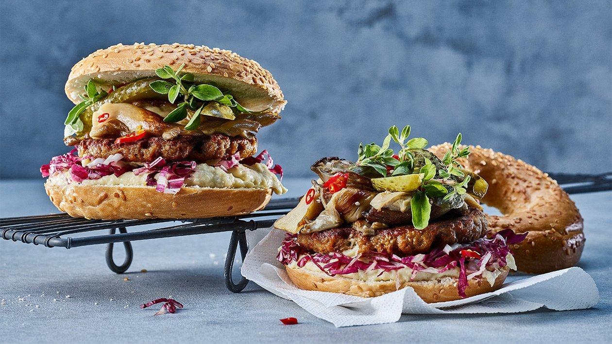NoBeef BBQ Burger mit gebratene Austernpilze, Pastinakencreme und Brioche Bun