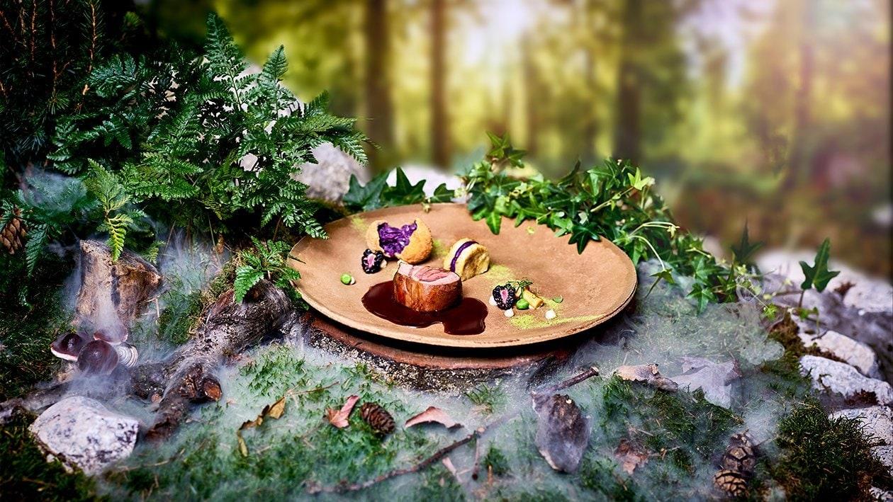 Geschmorte Rehstelze mit frittierten Rotkrautbällchen, Serviettenknödel und Brombeersauce