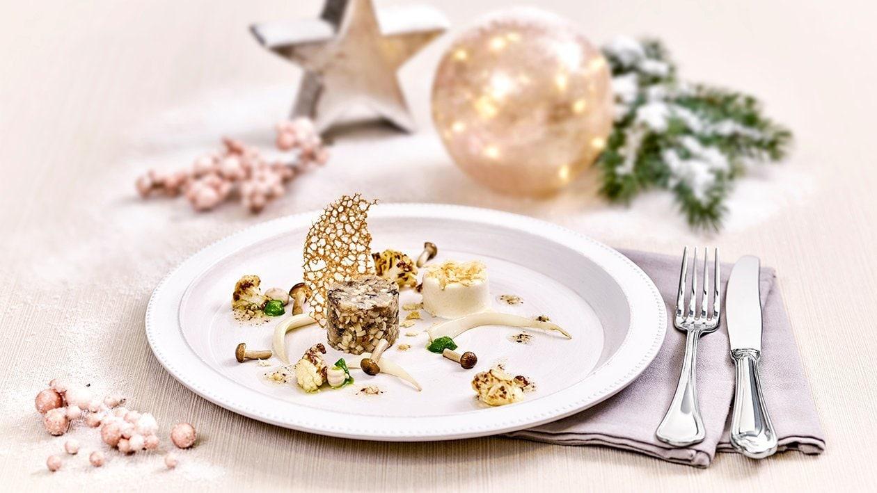 Tartar von heimischen Pilzen mit geröstetem Blumenkohlsalat, Parmesan Panna Cotta und einer Kaffee-Haselnuss-Zitronen-Vinaigrette