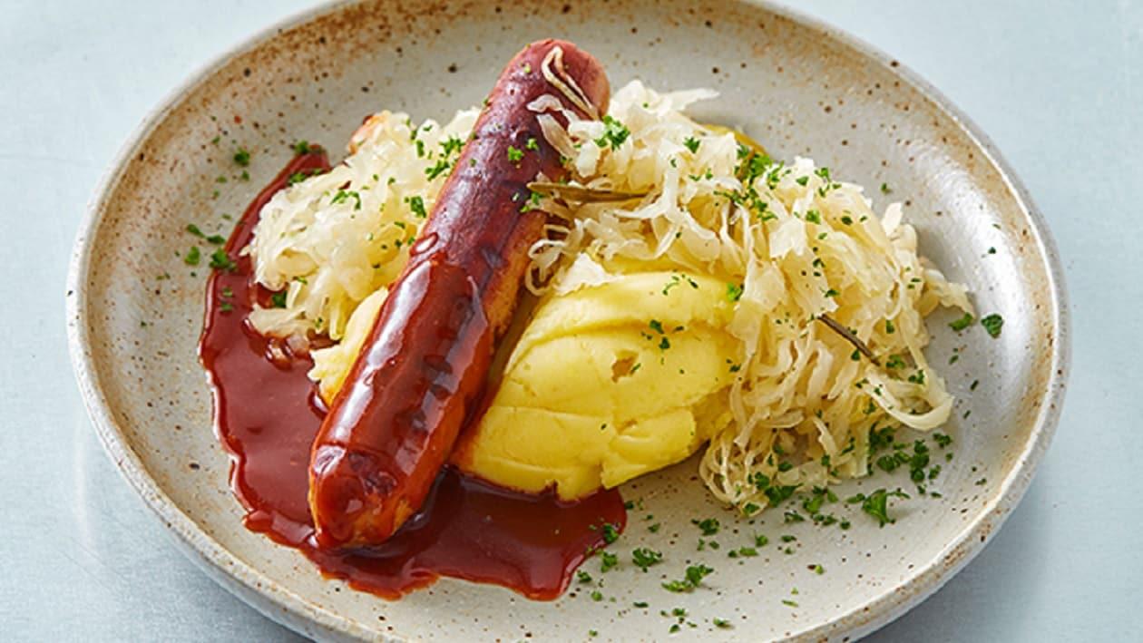 No Bratwurst mit Bratensauce, Sauerkraut und Kartoffelpüree
