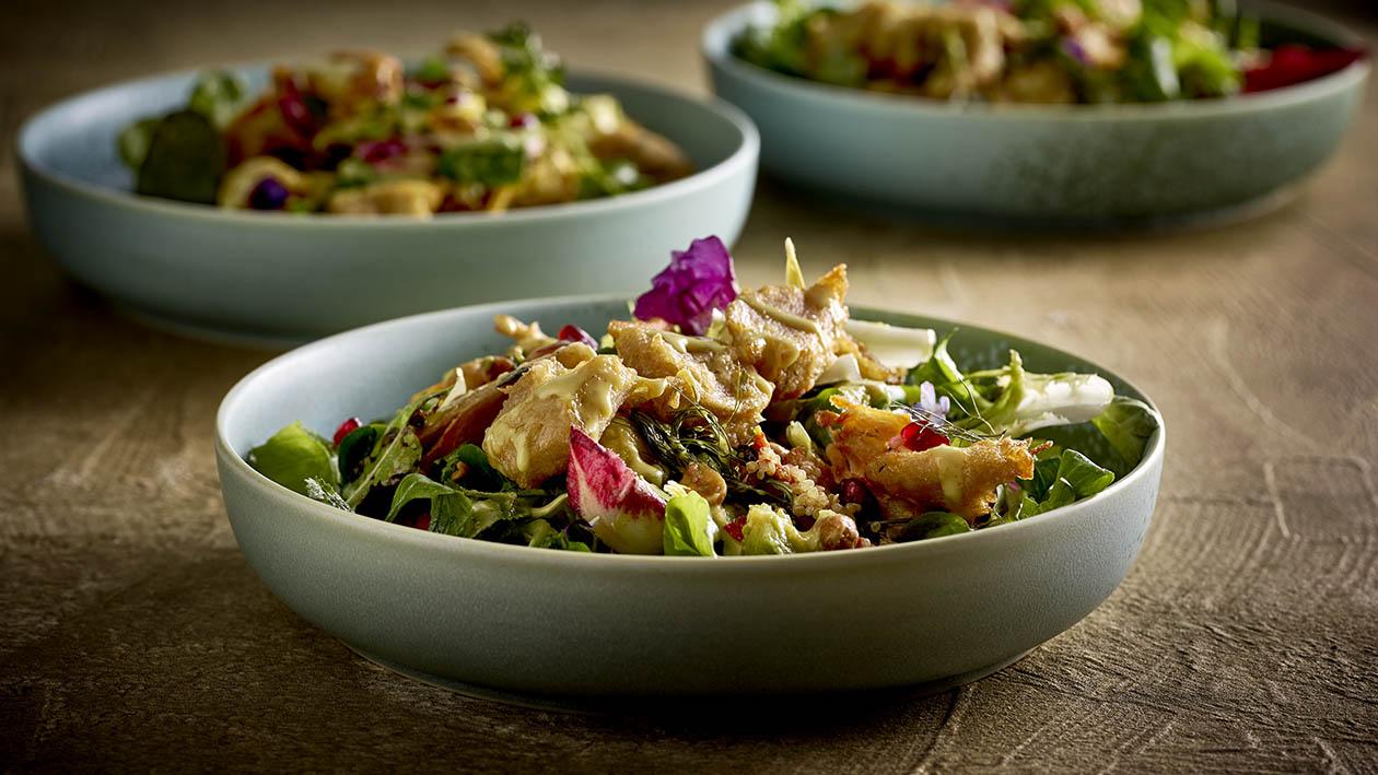 Herbstliche Blattsalate mit Kakai, Avocado, Erdnuss und mariniert gerösteten Pflanzenproteinen